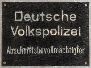 """Bildquelle: """"GDR community policeman plate (aka)"""" von André Karwath aka Aka - Eigenes Werk. Lizenziert unter CC BY-SA 2.5 über Wikimedia Commons"""