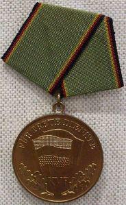 """Medaille für """"Treue Dienste in der KVP""""(Bronzestufe) Bildquelle """"Medaille Kasanierte Volkspolizei"""" von unbekannt - Militärhistorisches Museum der Bundeswehr. Lizenziert unter Bild-frei über Wikipedia"""