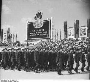 "Parade der Kasernierten Volkspolizei am 1. Mai 1953, Marx-Engels-Platz, Berlin Bildquelle: ""Bundesarchiv Bild 183-19400-0127, Berlin, Mai-Demonstration auf dem Marx-Engels-Platz, KVP"" von Bundesarchiv, Bild 183-19400-0127 / Krueger, Wolfgang / CC-BY-SA. Lizenziert unter CC BY-SA 3.0 de über Wikimedia Commons -"