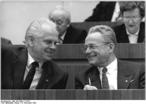 ADN-ZB Mittelstädt 13.11.1989 Berlin: Volkskammer-Tagung Die 11. Tagung der Volkskammer der DDR begann im Plenarsaal des Palastes der Republik. Gespannt verfolgen die Kandidaten für das Amt des Parlamentspräsidenten Dr. Günther Maleuda (1., DBD) und Prof. Dr. Manfred Gerlach (M., LDPD) die Auszählung der Stichwahl.