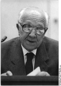 ADN-ZB Mittelstädt 1.9.1989 Berlin: 50. Jahrestag Beginn des 2. Weltkrieges  Die außerordentliche Plenartagung  der Volkskammer der DDR aus Anlaß des 50. Jahestages des Beginns des 2. Weltkrieges wurde vom Präsidenten der obersten Volksvertretung, Horst Sindermann eröffnet.