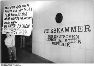 ADN-ZB Mittelstädt 11.1.90 Berlin: Demonstration- Tausende Anhänger und Sympathisanten oppositioneller Parteien und Gruppierungen bildeten eine Menschenkette um den Palast der Republik. Vor dem Haus der Volkskammer forderten sie mit Transparenten, Losungen und Sprechchören weitere demokratische Veränderungen und protestierten gegen die Politik der SED-PDS.