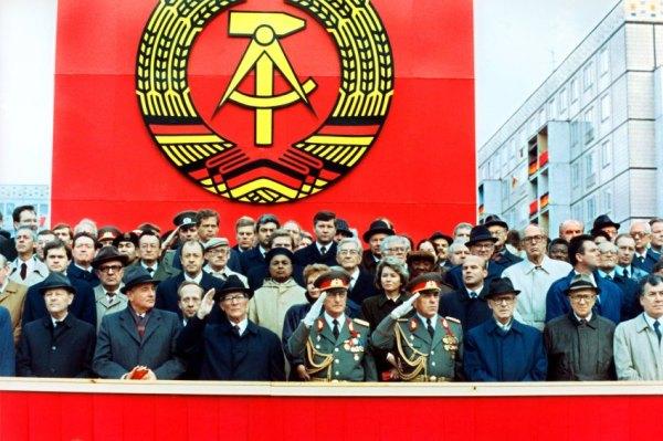 ARCHIV - Die Ehrentribüne auf der Karl-Marx-Allee während der Militärparade am 7. Oktober 1989 in Ost-Berlin mit dem sowjetischen Staats- und Parteichef Michail Gorbatschow (2.v.l.), dem DDR-Staatsratsvorsitzenden und SED-Generalsekretär Erich Honecker (3.v.l.), Raissa Gorbatschowa (hinter Honecker), die Gattin des sowjetischen Präsidenten und Willi Stoph (3.v.r.), Ministerpräsident der DDR. Mit einer Militärparde feierte die Führung der DDR die Gründung der Deutschen Demokratischen Republik vor 40 Jahren. Honecker verdankte seinen Aufstieg einer