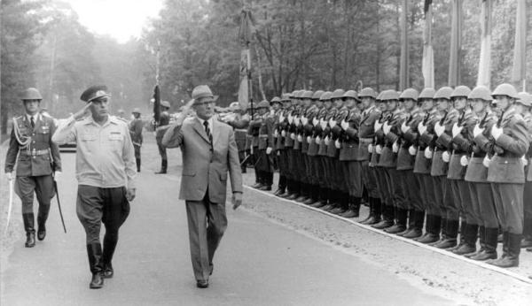 """Bildquelle: """"Bundesarchiv Bild 183-1984-0621-025, DDR, NVA-Truppenbesuch, Honecker"""" von Bundesarchiv, Bild 183-1984-0621-025 / CC-BY-SA 3.0. Lizenziert unter CC BY-SA 3.0 de über Wikimedia Commons -"""