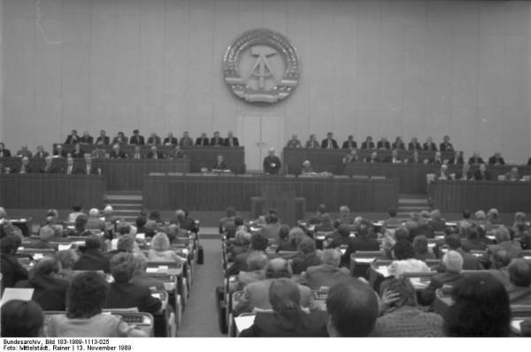 ADN-ZB/Mittelstädt/13.11.89/Berlin: Volkskammer-Tagung Die 11. Tagung der Volkskammer der DDR begann im Plenarsaal des Palastes der Republik. Der zweitälteste Abgeordnete, Hans Jendretzky, leitete im Auftrag aller Fraktionen und des demokratischen Blocks die Tagung bis zur erfolgten Wahl des Parlamentspräsidenten.
