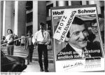ADN-ZB-Häßler-11.3.90-Dresden: Wahlkampf. Die Delegierten des Wahlparteitages des Demokratischen Aufbruch haben sich angesichts der Vorwürfe gegen Wolfgang Schnur geschlossen hinter den Vorsitzenden gestellt. Plakat vor dem Tagungsgebäude, dem Hygienemuseum Dresden.