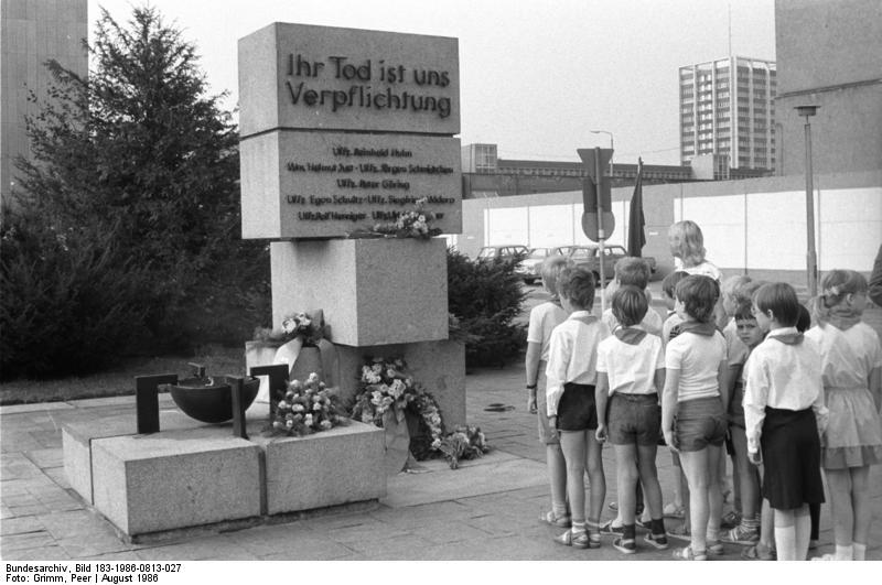Berlin, Pioniere vor einer Gedenkstätte