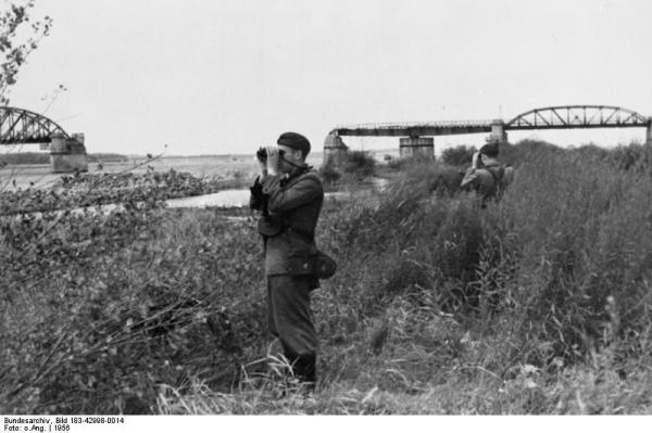 Grenzpolizei der DDR am Elbufer