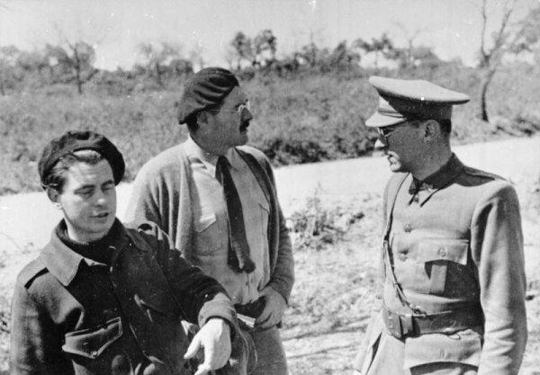 Joris Ivens und Ernest Hemmigway mit Ludwig Renn während es natioanl-revolutionären Krieges in Spanien