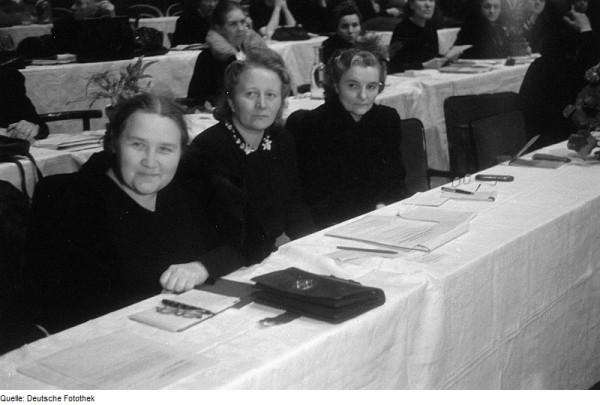 Käthe Kern (m.) auf dem Gründungskongress des DFD 1947 mit Nadjeshda Parfjonowa (l.) und Finnie Smolan (r.)