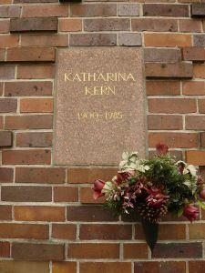 Weitere Einzelheiten Tafel an der Ringmauer des Zentralfriedhofs Friedrichsfelde