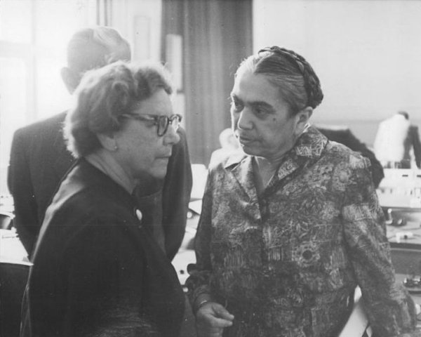 Hilde Benjamin (rechts) im Gespräch mit Friedel Malter, Vorsitzende des Komitees zum Schutze der Menschenrechte vor Beginn des zweiten Prozesstages im Prozess gegen Hans Globke, Berlin 1963