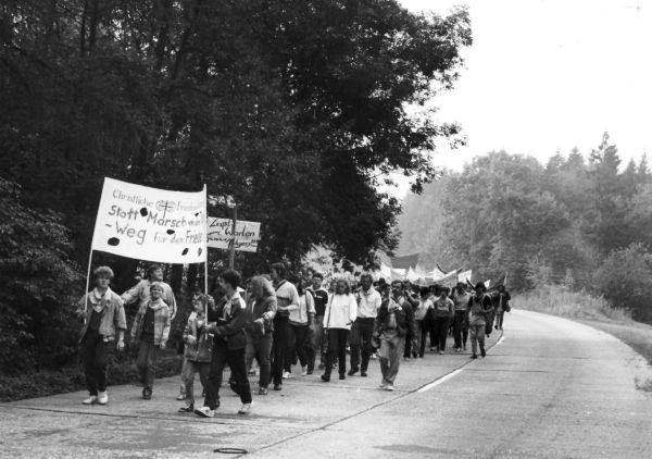 Von der CFK Thüringen organisierter Demonstrationszug des Olof-Palme-Friedensmarsches am 19. September 1987 vom KZ Buchenwald nach Kapellendorf