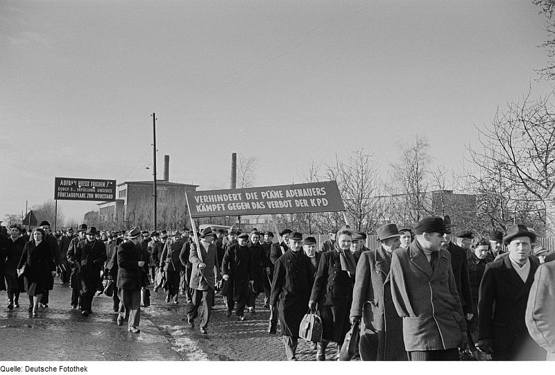 Demonstration der Leipziger Eisen- und Stahlwerke (LES) gegen die Möglichkeit eines Verbotes der KPD (1952).