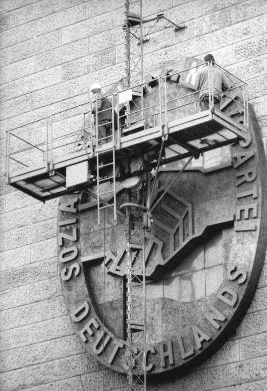 Berlin, SED-Symbol an ehem. ZK-Gebäude