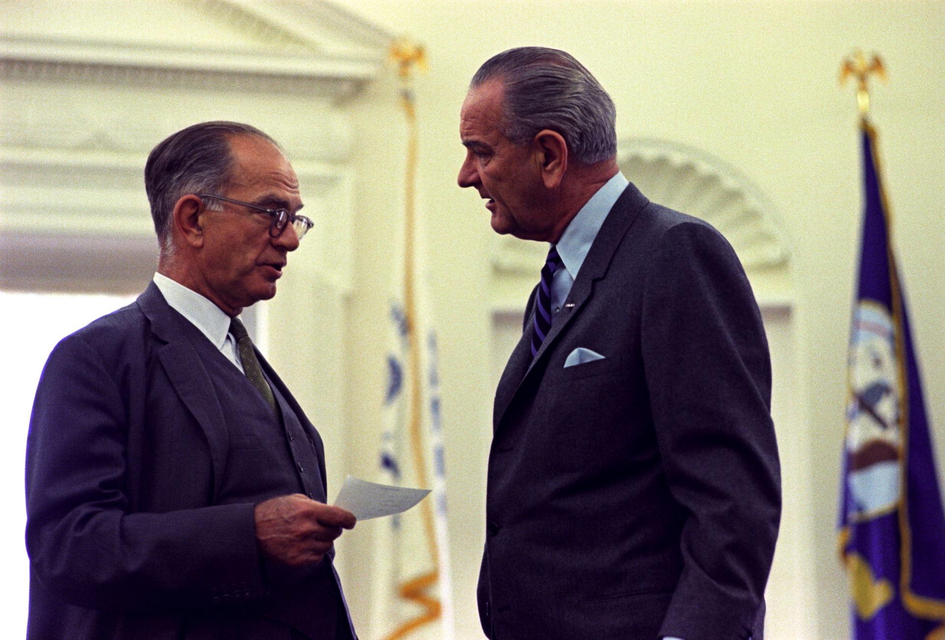 Fulbright(links) im Oval Office bei einem Gespräch mit Präsident Johnson, 1968