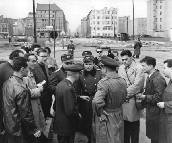 Berlin, Mauerbau, US-Soldaten, Volkspolizisten