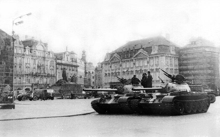 Sowjetische Panzer auf dem Altstäder Rind in Prag
