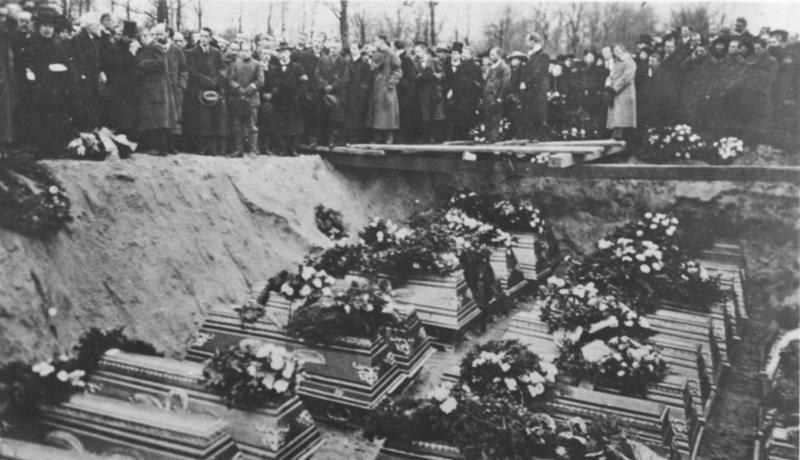 Berlin-Friedrichsfelde, Beerdigung der Revolutionsopfer