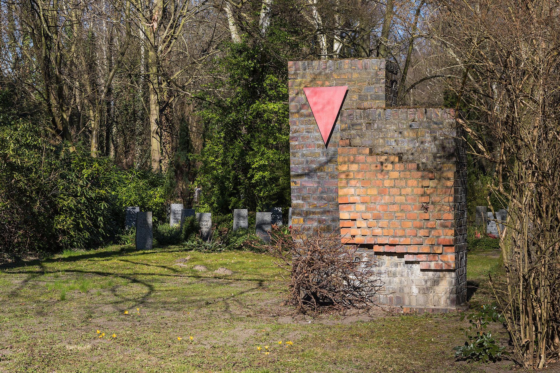 gemauerter-gedenkstein-mit-rotem-winkel