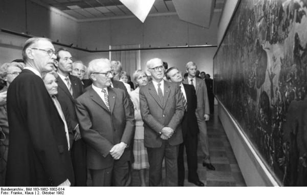 Tübke präsentiert die 1-10-Version des Bauernkriegspanoramas Mitgliedern des Politbüros 1982 im Albertinum
