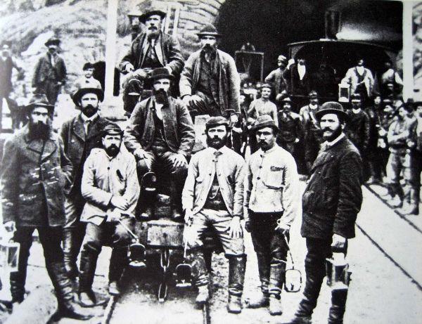 Bauarbeiter um 1880 vor dem Südportal in Airolo