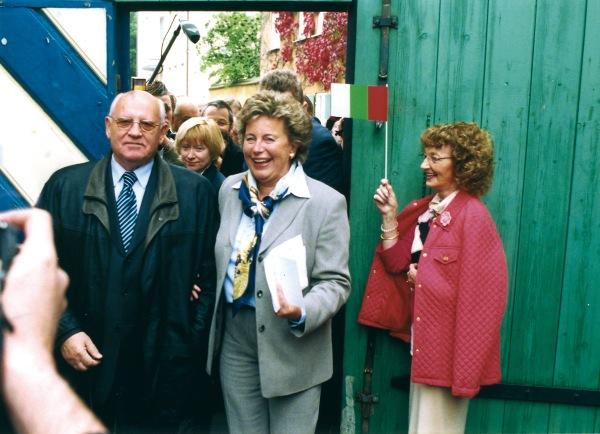 Maria Elisabeth Gräfin Thun-Fugger mit Michail Gorbatschow bei dessen Fuggerei-Besuch 2005