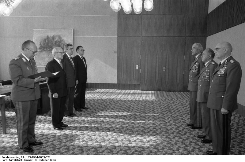 Erich Honecker überreicht Scharnhorst-Orden