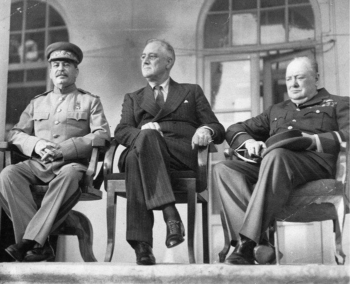 Erste Zusammenkunft der Regierungschefs (v.l.n.r.)- Josef Stalin, Franklin D. Roosevelt und Winston Churchill auf der Terrasse der sowjetischen Botschaft in Teheran (Teheran-Konferenz 19