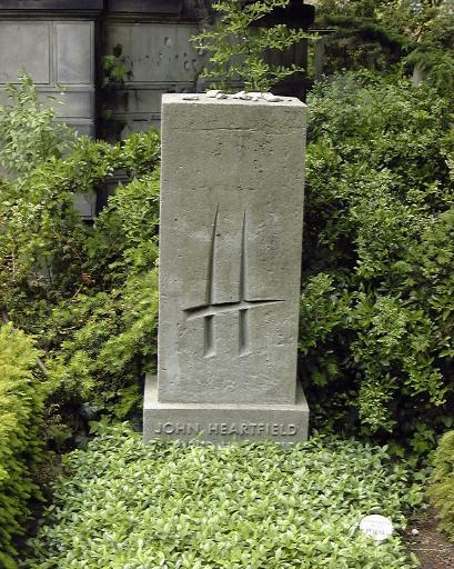 Grab von John Heartfield auf dem Dorotheenstädtischen Friedhof in Berlin