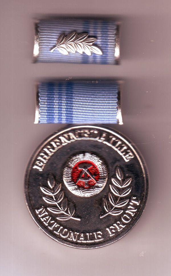 Die Ehrenmedaille der Nationalen Front mit verdrehter Interimspange