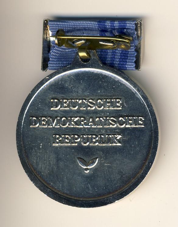 Die Ehrenmedaille der Nationalen Front, Rückseite