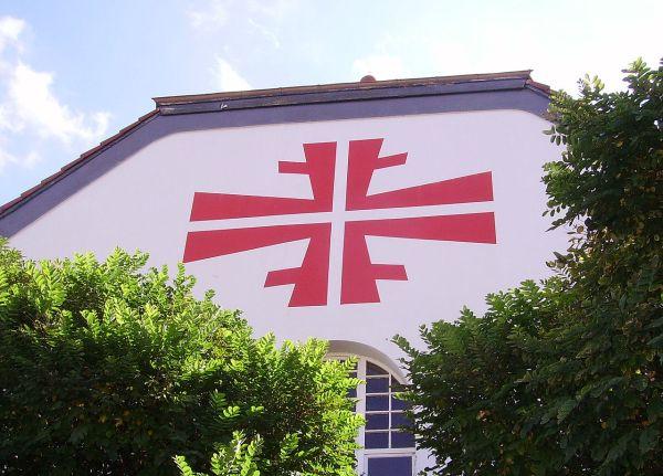 Weitere Einzelheiten Turnerkreuz (FFFF) am Giebel eines Sportlerheims in Eisenberg