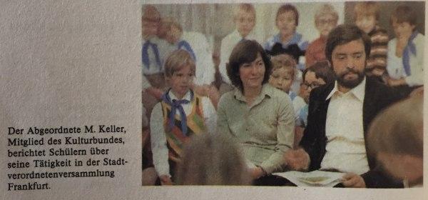 Abgeordnete vor Schulklasse