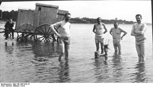 Friedrich Ebert u.a. beim Baden im See