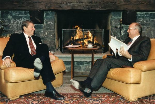 Reagan im Einzelgespräch mit Michail Gorbatschow während der Genfer Gipfelkonferenz von 1985