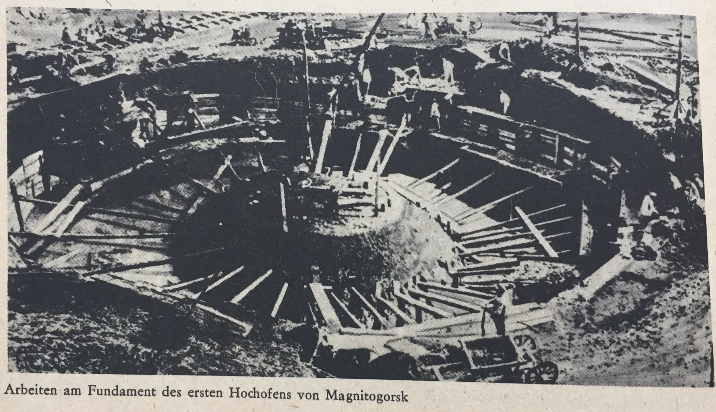 Arbeiten am Fundament des ersten Hochofens