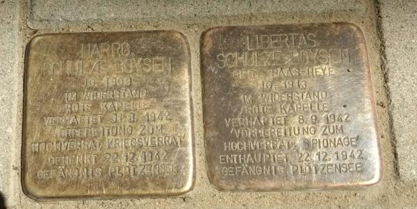 Stolpersteine für die Schulze-Boysens im Schlosshof von Schloss Liebenberg
