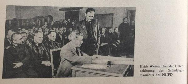 Erich Weinert bei Unterzeichnung des Gründungsmanifests des NKFD